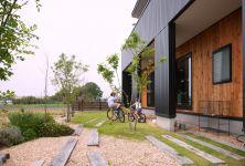 美しさと過ごしやすさが共存するカフェ風の家